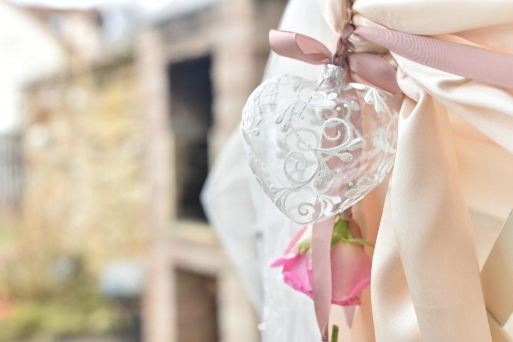 Skleněné srdce s jemným dekorem kvítků. Dekorace na svatební hostinu.