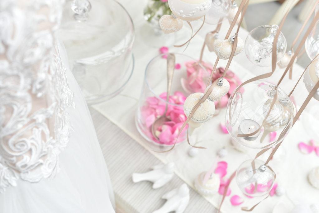 Svatební den, inspirace v bílé barvě. Svatební šaty s plátky růží a ručně foukané a malované dekorace.