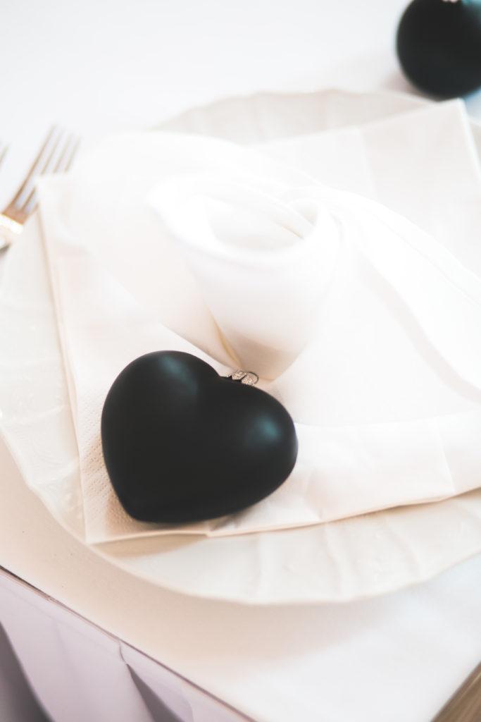 Skleněná ozdoba černé srdce. Dekorace pro svatební stolování.