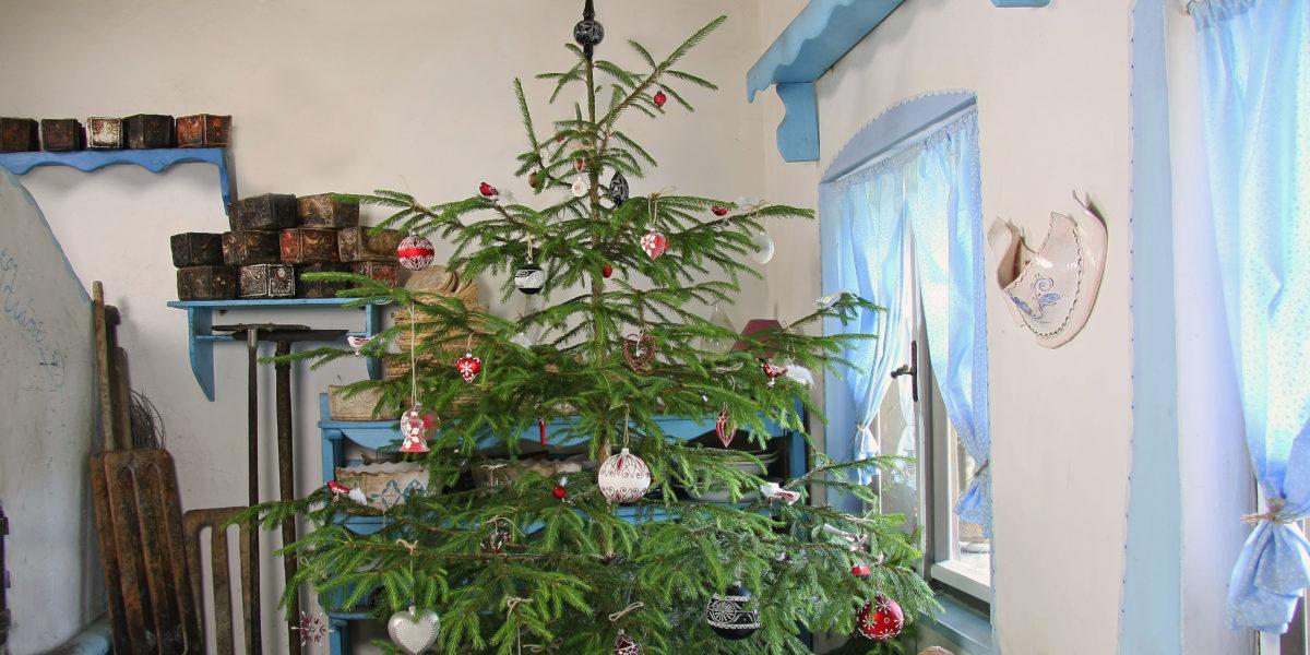Vánoční stromek na chalupě. Tradiční zdobení skleněnými ozdobami. Ruční výroba.