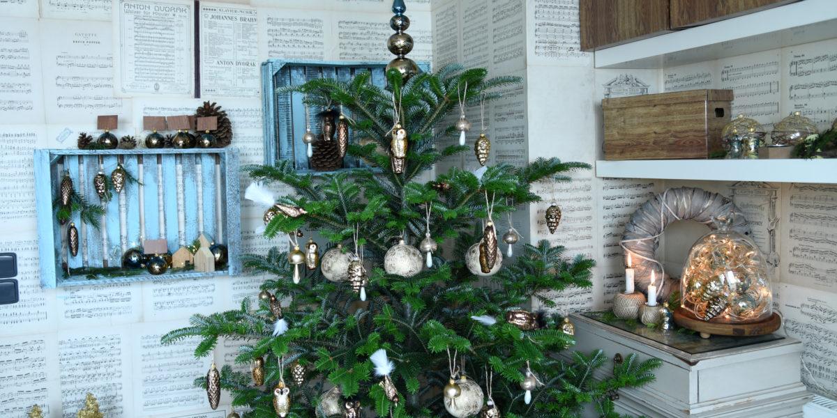 Vánoční stromeček a skleněné ozdoby inspirující se přírodou. Sovy, šišky či houby,
