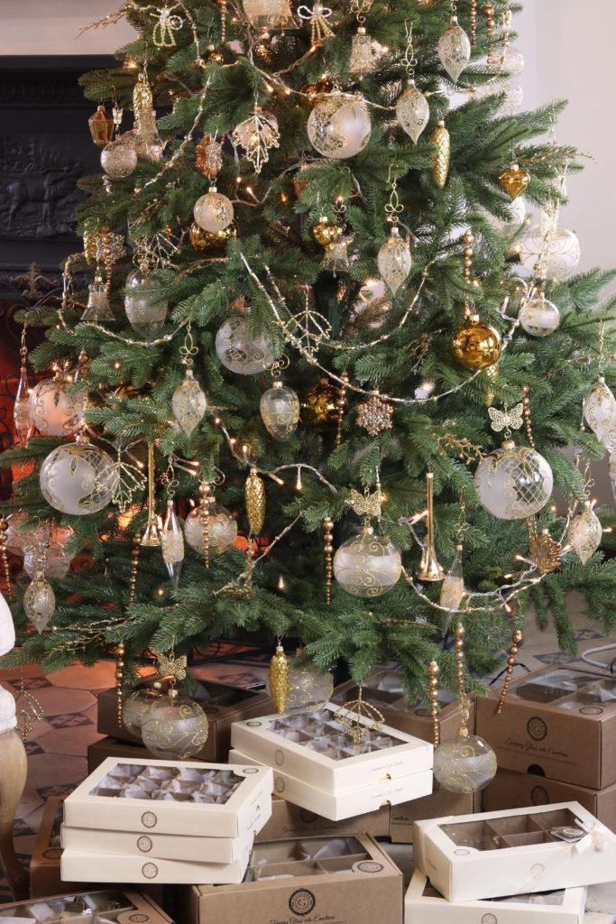 Vánoční stromeček s luxusními sety a bohatou výzdobou.