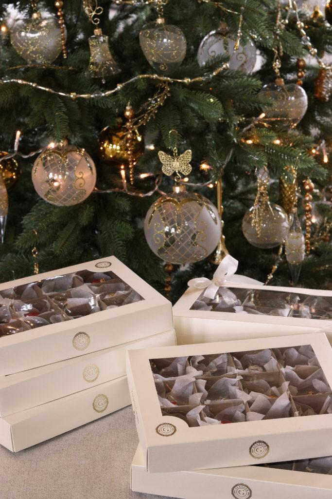 Dárkové vánoční sety s ručně malovanýma ozdobama.