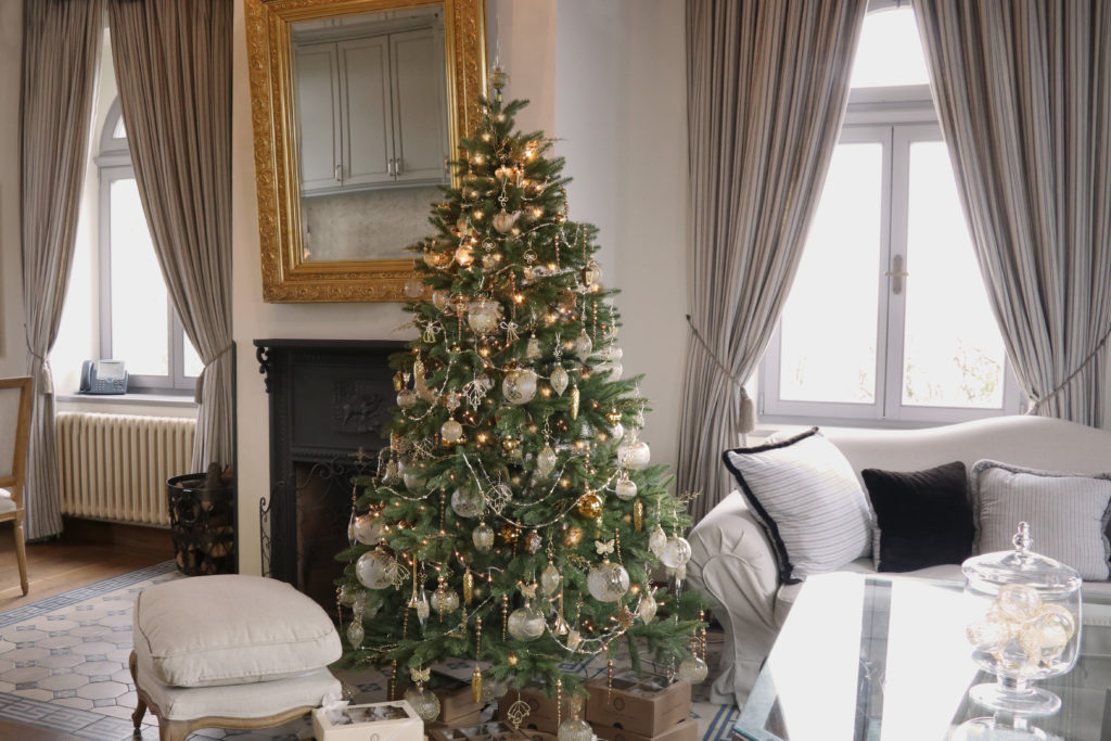 Zámecké apartmá s vánočním stromkem, který je ozdobený zlatými ozdobami z naší zlaté kolekce.