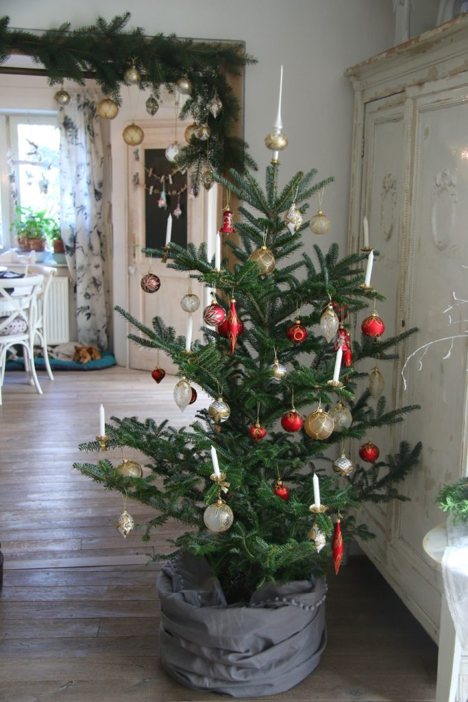 Ozdobený vánoční stromeček skleněnýma ozdobama.