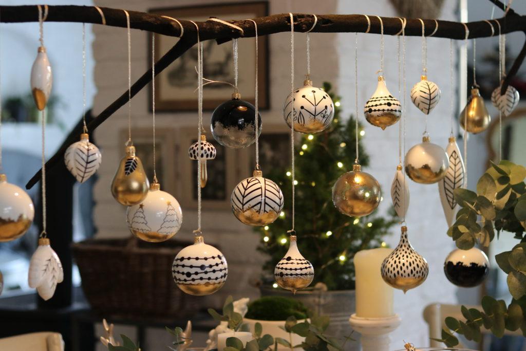 Vánoční dekorace. Skleněné ručně malované ozdoby na dekoraci na větvi.